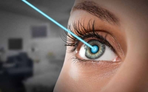 :Lady-undergoing-eye-laser-surgery
